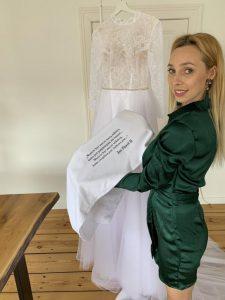 Karolina Seeger suknia z wodą święconą